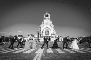 """Сватба. Черно-бяла фотография. Храм """"Свети Александър Невски"""""""