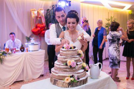 rqzane-na-svatbenata-torta